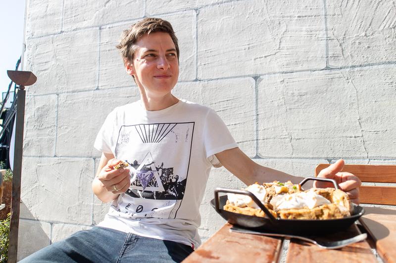 Matthias Baumgartner probiert die Gerichte bei der Kochvideo Produktion bei Hörgers Kochfest in Lindau aum Bodensee.
